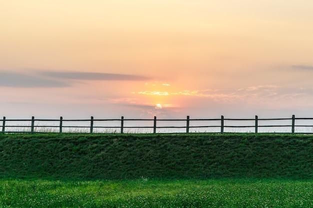 Забор, сельская природа на закате