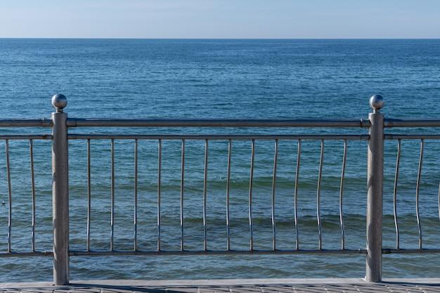 Забор с перилами на набережной