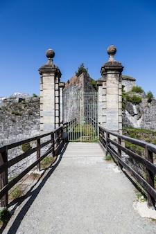 フェネストレッレフォート-北イタリア。ヨーロッパ最大の高山要塞である300年前の廃墟となった要塞