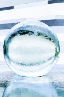 Скульптура круглого прозрачного хрустального шара по фен-шуй с фонтаном для хорошего бизнеса
