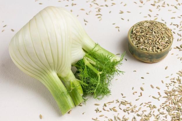 テーブルにフェンネルの球根、ボックスにフェンネルの種子。健康的な栄養。