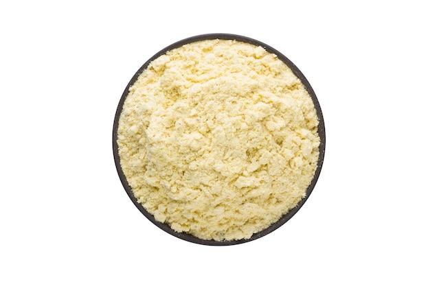 白の粘土ボウルのフェヌグリーク粉末。