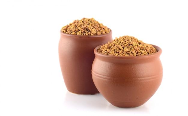 Семена пажитника в глиняном горшочке