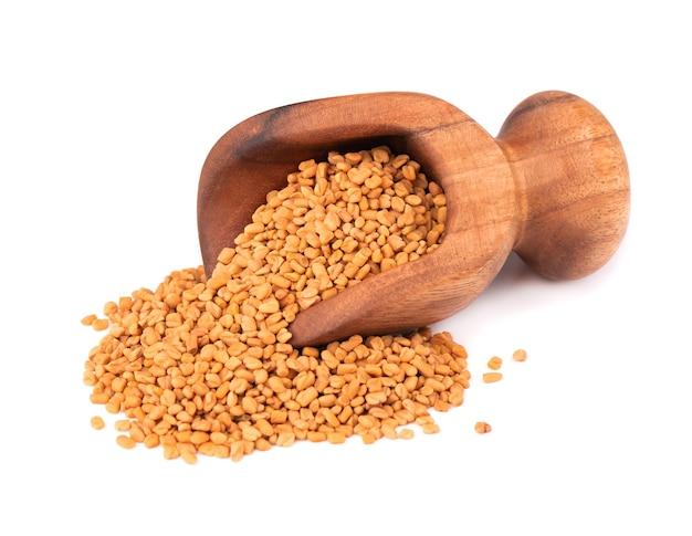 木製スクープのフェヌグリーク種子、孤立したシャンバラ、ヘルバ種子。