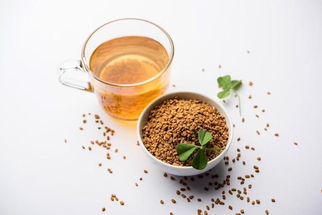 フェヌグリークシードまたはメティダナは、水に一晩浸して飲みます。減量、消化、血糖値の治療に役立ちます
