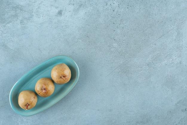 大理石の表面のプレート上の発酵リンゴ