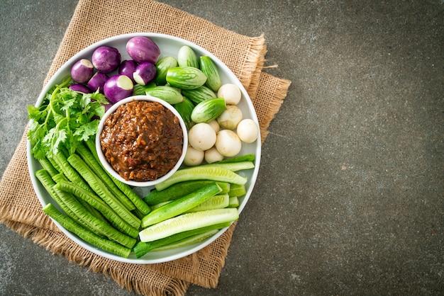 신선한 야채를 곁들인 발효 생선 칠리 페이스트 - 건강식 스타일