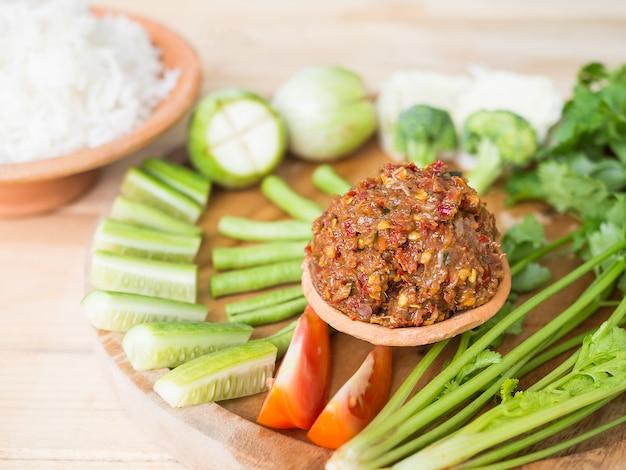 신선한 야채를 곁들인 발효 생선 매운 딥