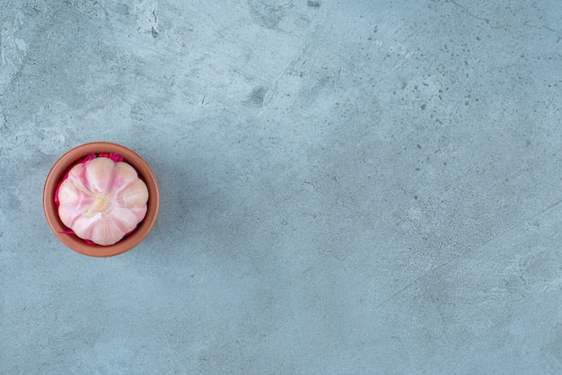 블루 테이블에 그릇에 마늘을 발효.