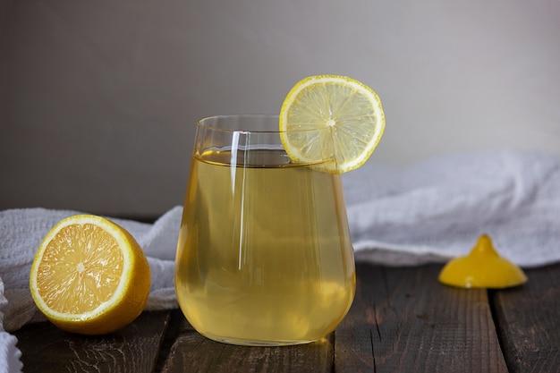 紅茶キノコをグラスに入れて発酵させた飲み物。選択的な焦点、テキストの場所。
