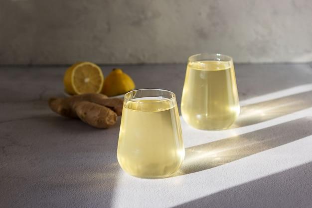 Напиток ферментированный чайный гриб в стеклянном стакане.