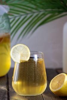 紅茶キノコをグラスに入れて発酵させた飲み物。