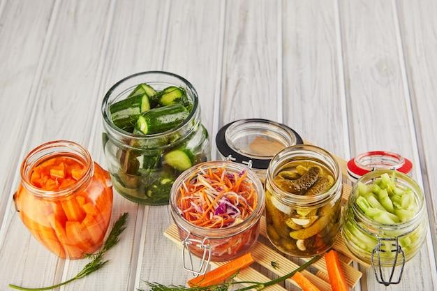 발효 보존 된 채식 음식 개념입니다.