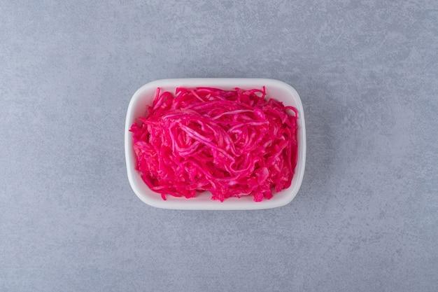 발효된 붉은 양배추는 그릇에 놓여 있습니다.