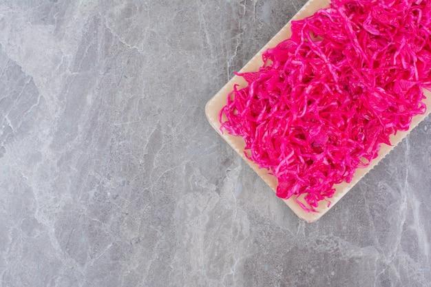 Cavolo rosso fermentato su tavola di legno