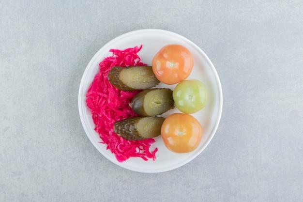 白い皿に発酵野菜とザワークラウト。