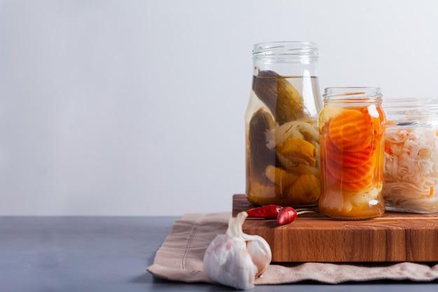 テーブルの上の瓶に発酵野菜