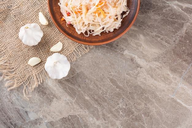 石のテーブルに置かれた発酵野菜ザワークラウト。