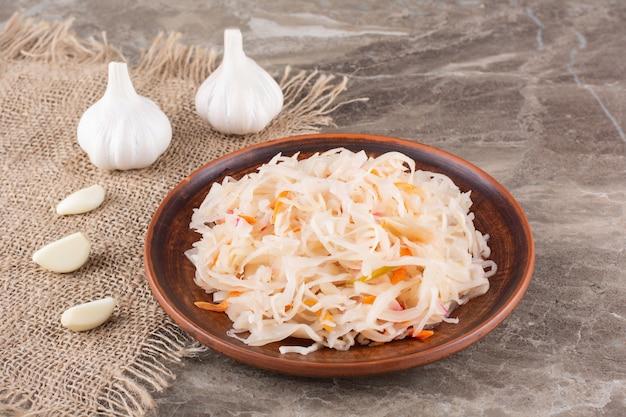 발효 야채 소금에 절인 양배추를 돌 테이블에 놓습니다.