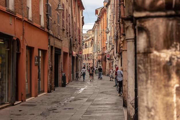 페라라, 이탈리아 2020년 7월 29일: 걷는 사람들로 가득한 이탈리아 페라라의 골목