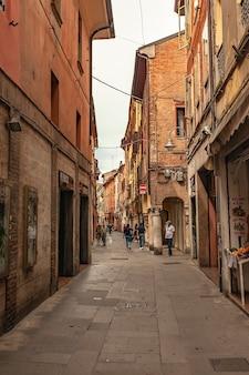 Феррара, 29 июля 2020 года, италия: историческая аллея в итальянском городе феррара