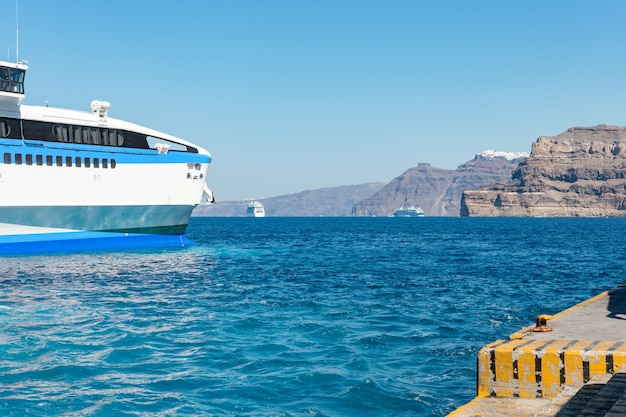 Паромы в порту острова санторини греция