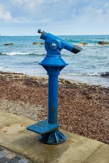 垂直ショットのビーチで観光客のための観覧サーチャージ双眼鏡