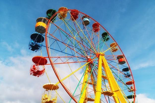 놀이 공원의 맑고 푸른 하늘을 배경으로 한 관람차