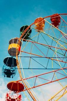 Колесо обозрения против ясного голубого неба в парке развлечений
