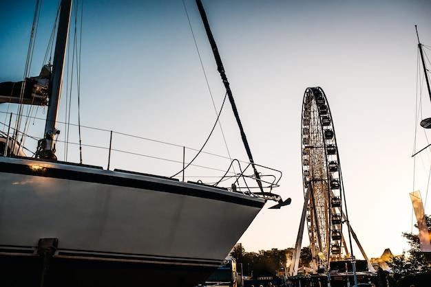 Колесо обозрения против голубого неба в портовом городе гдыня польша