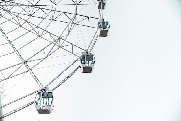Колесо обозрения. заделывают будки колеса обозрения в городском парке
