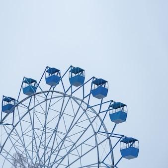 観覧車は青い空に雪を覆われました。クラシックブルートレンドカラー2020の冬のシーズン。