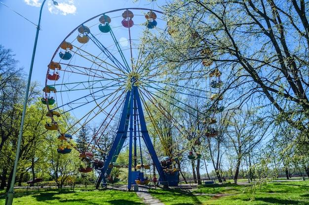 Колесо обозрения в городском парке в кременчуге, украина
