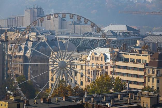 Колесо обозрения в историческом центре будапешта, венгрия
