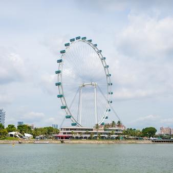 Колесо обозрения в сингапуре. квадратный