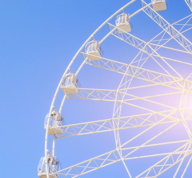 Колесо обозрения в голубом небе.