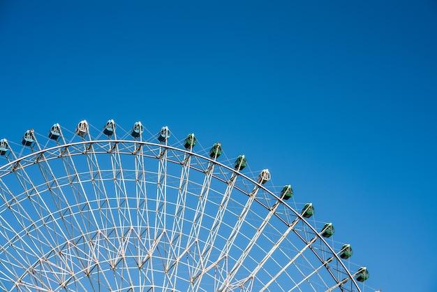 관람차는 공원, 푸른 하늘과 구름 배경에서 큽니다.