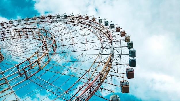 Колесо обозрения радость небо облака парк развлечений.