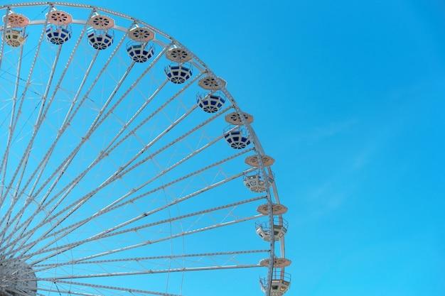 푸른 하늘 배경에 관람차입니다. 유원지에서. 주말