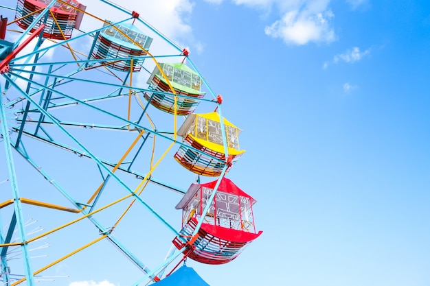 Колесо обозрения на фоне голубого неба, красочное винтажное колесо обозрения