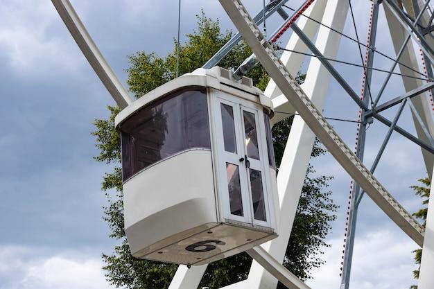 공공 공원에서 관람차 타기.