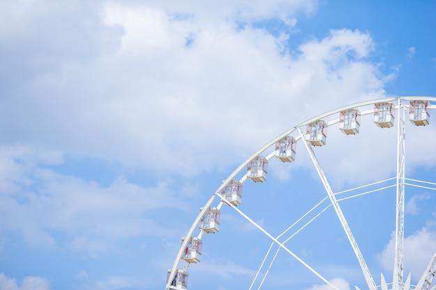 Колесо обозрения roue de paris на площади согласия от сада тюильри
