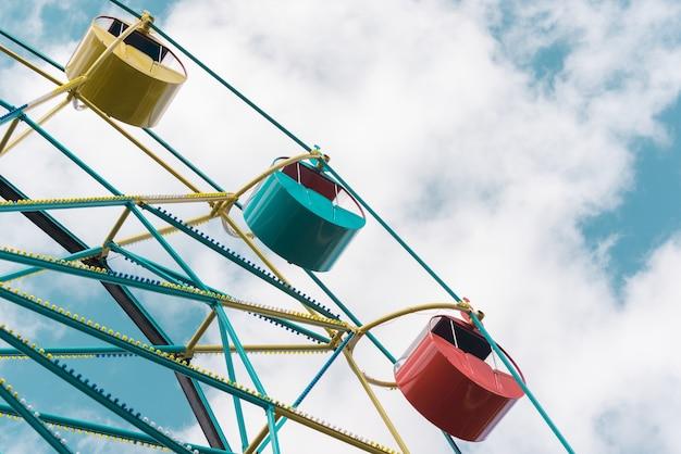 Колесо обозрения под голубым небом. летний городской парк. городской фон.