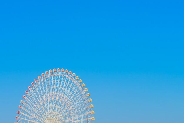 Колесо обозрения с голубое небо
