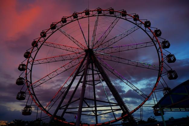 Колесо обозрения с сумеречным небом на фоне