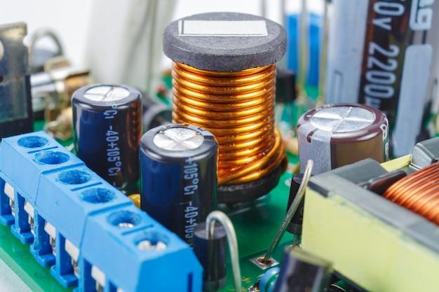 인쇄 회로 기판 클로즈업에 전자 부품이있는 페라이트 초크