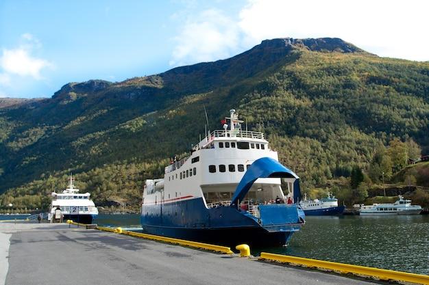 ノルウェーのフィヨルドの停泊地にあるフェリーボート。