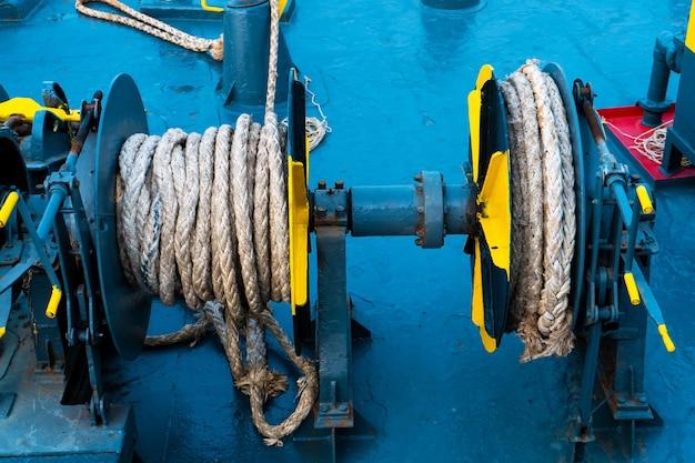 フェリーデッキ。係留ロープ付きドラムクローズアップ