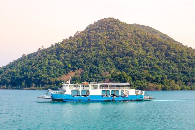 Паромная переправа на остров в азии на фоне гор