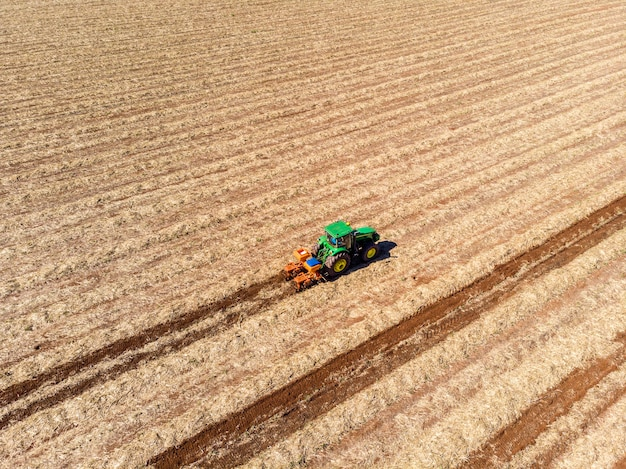 Удобрение земли, на которой был посажен сахарный тростник, вид с воздуха.